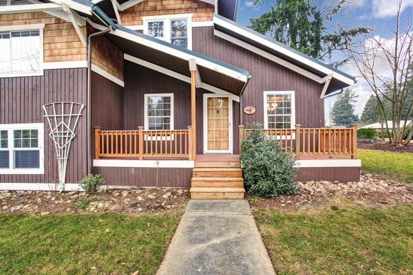 Будинок з дерев'яною обшивкою