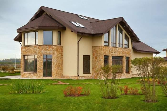 Отделка фасада частного дома - фото сочетания краски и камня