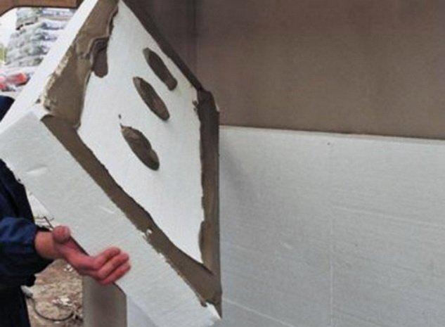 Приклейка утеплителя к стене