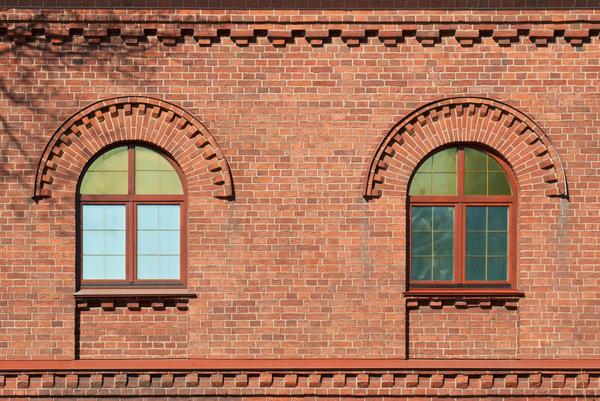 Рельєфна цегляна кладка підкреслює архітектурні елементи фасаду