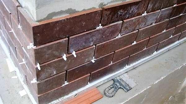 Укладання фасадної плитки. Фото з сайту stroisovety.org