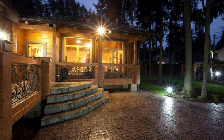 фасадне освітлення заміського будинку