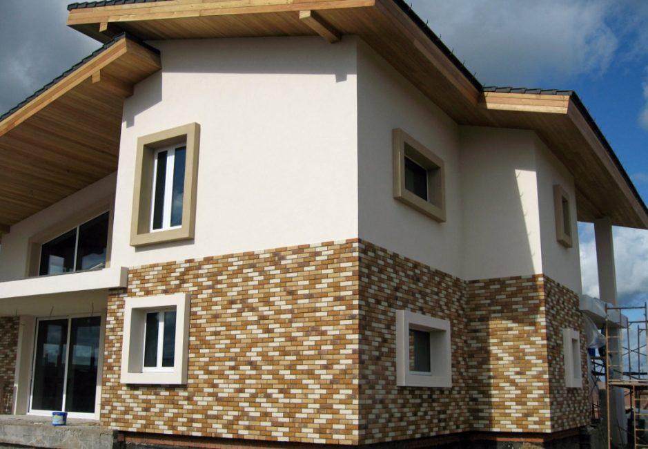 Оздоблення фасаду із застосуванням різних матеріалів