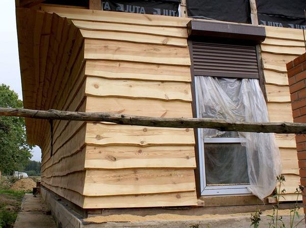 Необрізна дошка в обробці фасаду. Фото з сайту лесобаза.рф