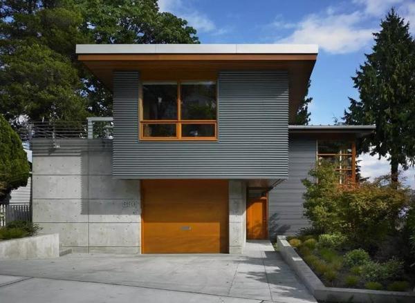 Фасад, оброблений профнастилом і панелями ЦСП. Фото з сайту remontbp.com