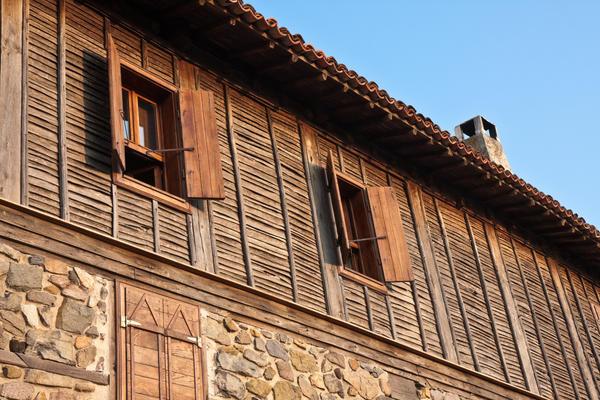 Фасад будинку, оздоблений рейкою з обапола