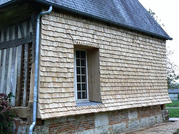 Оздоблення фасаду дерев'яним гонтом. Фото з сайту constructions-dantan.fr