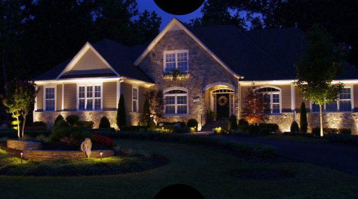 вуличне освітлення будинку