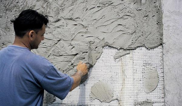 Нанесення цементно-вапняної штукатурки. Фото з сайту vidyotdelki.ru