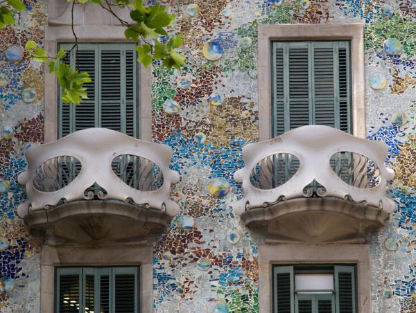 Фасад будинку Бальо архітектора Антоніо Гауді, прикрашений мозаїкою. 1877 рік