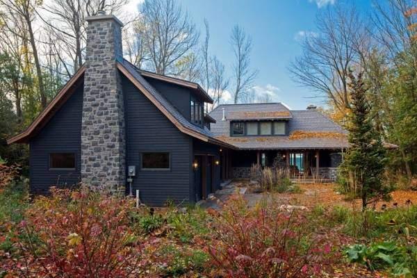 Облицовка фасада дома натуральным камнем в тёмном цвете