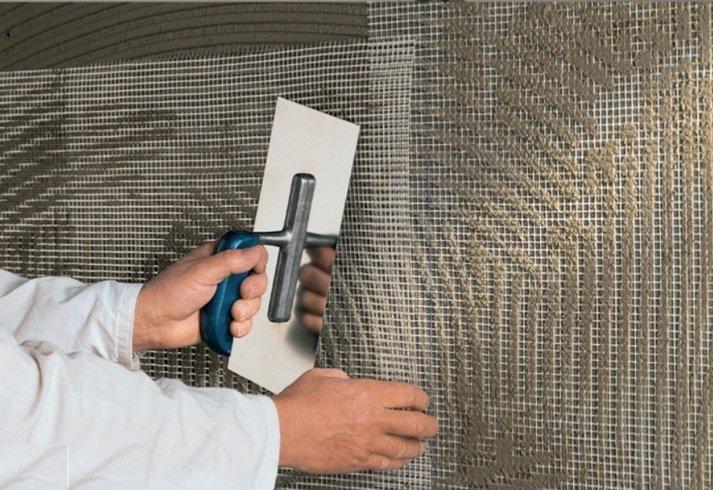 Слой утеплителя дополнительно армируется с помощью сетки