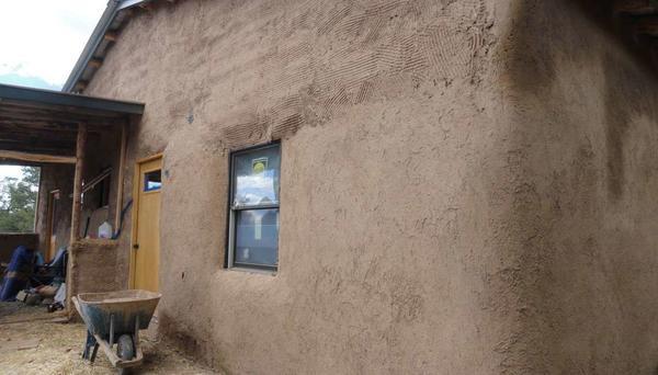 Сучасний будинок, оштукатурений глиняним розчином. Фото з сайту pajaconstruction.com