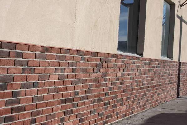 Отделка фасада дома панелями под кирпич - фото