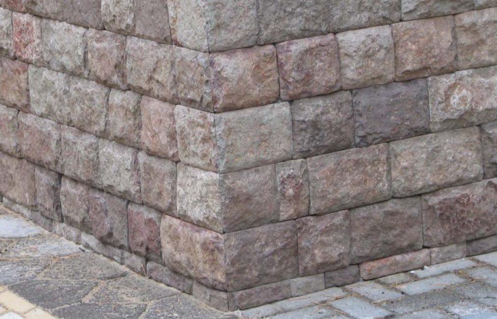 Мал. 8 - Облицювання частини фасаду (цоколя) натуральним каменем.