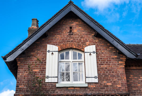 Старий цегляний будинок гарний без додаткового фасадного декору